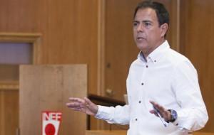 JAVIER MIÑANO, EX PREPARADOR FISICO DE LA SELECCION ESPAÑOLA DE FUTBOL, IMPARTE CLASES EN EL INEF.